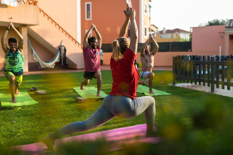 zajęcia-jogi-ogrodzie-surfing-portugal-3