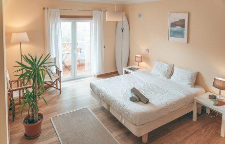 jasny pokój dwuosobowy surf house portugalii