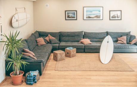 duże sofy TV pokoju dziennym surf lodge portugalii